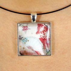 Joli pendentif fait avec un timbre-poste oblitéré par PetiteMeduse sur Etsy https://www.etsy.com/fr/listing/231116232/joli-pendentif-fait-avec-un-timbre-poste