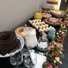 Nosso Chá da Tarde Especial! Afternoon Tea Parties, Afternoon Snacks, Brunch Mesa, Tea Biscuits, Summer Barbecue, Brunch Wedding, Cute Food, High Tea, Dessert Table