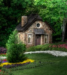 love this tiny cottage in the woods.