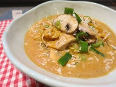 Thai-Hähnchen-Kokossuppe in der Low Carb-Variante. Eine scharfe Kokossuppe mit saftigem Hähnchenfleisch.