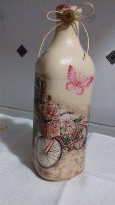 Garrafa decorada Material necessário: 1 garrafa higienizada Primer Tinta PVA na cor areia Tint...