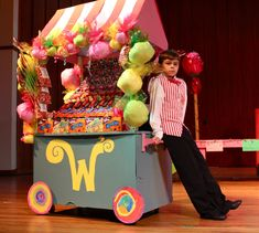 Willy Wonka- Candy Man - super cute as a possible Candy Bar/Table Wonka Chocolate Factory, Charlie Chocolate Factory, Wonka Wonka, Willy Wonka, Party Props, Party Themes, Theme Ideas, Party Ideas, Candy Stand