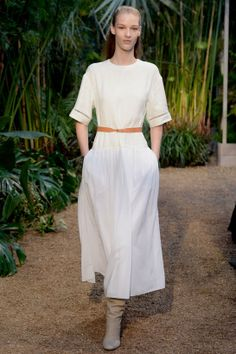 Les robes blanches de la Fashion Week printemps-été 2014: Hermès http://www.vogue.fr/mariage/inspirations/diaporama/les-robes-blanches-de-la-fashion-week-printemps-ete-2014/15627/image/870725#!mariage-robe-de-mariee-blanche-hermes-ss-14