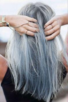 รูปที่ (12) สำหรับเทรนด์สีมาแรงอีกสีนึงของปีนี้ก็ต้องนี่เลยค่า ผมสีเทา Granny หรือการย้อมเป็นสีเทาอ่อนเลียนแบบสีผมของคนชรานั่นเอง