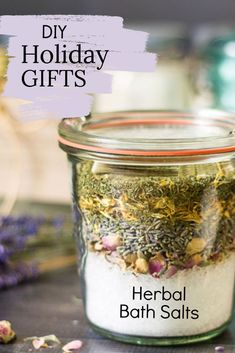 A great gift for a birthday, bridal or baby shower favor, thank you gift not to mention the holidays, these inexpensive spa in a jar herbal bath salts are perfect and even just look pretty sitting in the bathroom. Homeade Gifts, Easy Diy Gifts, Mason Jar Gifts, Mason Jars, Spa In A Jar, Diy Holiday Gifts, Diy Spa, Spa Gifts, Homemade Beauty Products