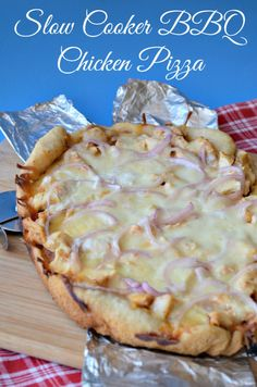#Slow Cooker #BBQ Chicken Pizza - Did you know you can use your slow cooker to make crispy pizza?  This Slow Cooker BBQ Chicken Pizza turned out great and it was easy to make.