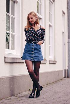 blusa de manga com decote ombro a ombro, estampa floral de fundo escuro, missaia jeans de botões, meia calça preta, loafer preto