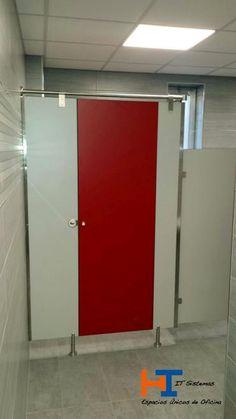 Montaje cabinas fenólicas Modelo Viena de IT-SISTEMAS. En esta imagen, en el baño de los chicos, el cliente optó por mezclar los colores de compacto gris para los costados y los fijos, y utilizar el compacto color rojo para las puertas. Todos los herrajes en acero inoxidable