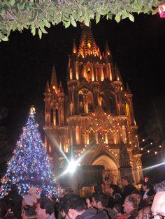 Año nuevo en el Jardín Central de San Miguel de Allende, Guanajuato. En frente Parroquia de San Miguel Arcángel, ícono representativo de la ciudad.