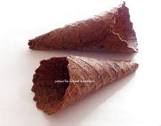 bu günkü tarifimiz çikolatalı kornet yapımı ve çilekli dondurma.daha önce 2008 yılında burada kornet yapımını anlatmıştım...o tari...