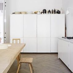 All the best storage ideas for your home - boxes, units and cupboards for every room in the house including this white minimalist kitchen with large bespoke cupboards. Home Staging, Kitchen Units, New Kitchen, Kitchen Worktops, Kitchen Cabinets, Handleless Kitchen, Stylish Kitchen, Oak Cabinets, Kitchen Interior