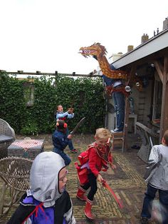 In ons huis: draak uit hout aan de veranda. Erachter gaan staan met bellenblaaspistool. Kinderen een zwaard en de giftige bellen( adem) stuk laten prikken. Hilarisch!