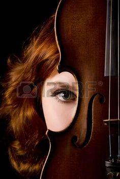 Mooi meisje met een viool op zwart Stockfoto