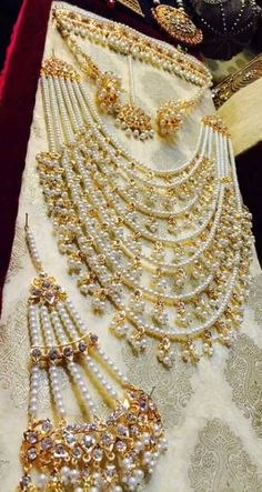 Pakistani Bridal Jewelry, Indian Bridal Jewelry Sets, Wedding Jewelry Sets, Bridal Accessories, Antique Jewellery Designs, Fancy Jewellery, Bridal Jewellery Inspiration, Jewelry Patterns, Beaded Jewelry