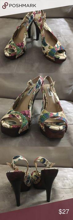 """Steve Madden 8 canvas floral peep toe wood heels Sexy and fun Steve Madden size 8 canvas floral peep toe with contrasting dark brown wood platform 3"""" heels in top of a 1.5"""" platform. Steve Madden Shoes Heels"""