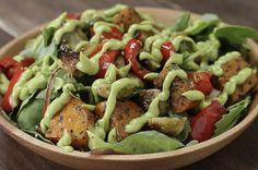 Impressione seus convidados com esta salada de vegetais assados com molho de abacate
