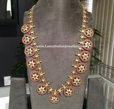 Classic ruby and rose cut diamonds bottu mala long haram in linked chain design from Radhika jewelers, USA. The round bottu design with uncut star in the center surrounded by rubies. Antique Jewellery Designs, Gold Jewellery Design, Gold Jewelry, Handmade Jewellery, Jewelry Art, Jewelry Ideas, Indian Wedding Jewelry, Indian Jewelry, Philadelphia