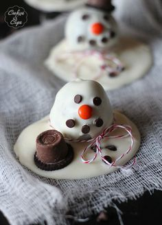Melting Snowman OREO Cookie Ball Truffle. Such a cute and easy holiday treat that the kids will love to help with! www.cookiesandcups.com