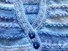 Superbe CACHE-CŒUR  bleu jacquard pour PREMA.    Ou Vêtement pour poupée  Laine  Layette. 100°/° Acrylique Bleu Jacquard de CHEVAL BLANC BABYLUX COLOR avec deux jolis bouto - 9808889