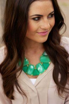Comment choisir un collier, quelles sont les formes et les matières utilisées pour les colliers bijoux fantaisie ou de luxe pour femme.