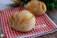 Panini Rustici sono veloci, si preparano in poco tempo. Hanno la crosta croccante e l'interno morbido. E' Un pane rustico. Ricetta con e senza Bimby. Ricetta per preparare in casa un pane veloce con e senza Bimby. Con numerosi varianti: integrale, con farina tipo 1, con olive, pomodori secchi, all'olio, di farro