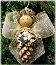 There are easy to make Christmas tree ornaments that even young children can create. Pinecone ornaments are the perfect holiday kids' craft. Pinecone Ornaments, Christmas Ornaments To Make, Christmas Angels, Handmade Christmas, Christmas Holidays, Pinecone Christmas Crafts, Country Christmas, Christmas Christmas, Pinecone Turkey