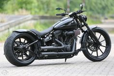 Softail Breakout auf Thunderbike black powder-coated Spoke Custom Wheels