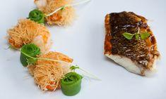 Met miso geglaceerde, op de huid gebakken zeebaars, met in katafideeg gebakken garnalen