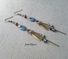 Boucles d'oreilles métal bronze et bleue /grise, sequin émaillé, connecteur rond, breloque, perles et chaîne : Boucles d'oreille par jenn-bijoux-fait-main