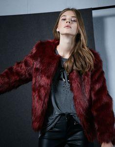 Abrigo pelo rojo. Descubre ésta y muchas otras prendas en Bershka con nuevos productos cada semana