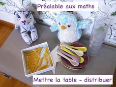 Activités mathématiques pour les plus jeunes - Distribuer des cadeaux - ... Dinosaur Stuffed Animal, Snoopy, Toys, Character, Animals, Young Children, Nursery Rhymes, Preschool, Gifts