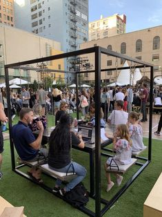 Swing Table for indoor or outdoor use Restaurant En Plein Air, Deco Restaurant, Outdoor Restaurant Design, Indoor Outdoor, Outdoor Gardens, Outdoor Living, Outdoor Cafe, Swing Table, A Table