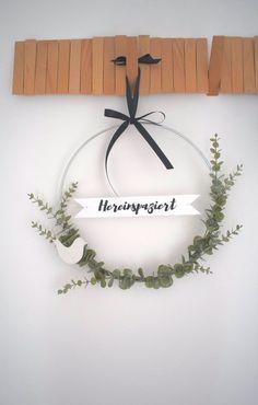 DIY door wreath with freshness guarantee – Kreativ-welt.de – Diy Home Decoration Advent Wreath, Diy Wreath, Door Wreaths, Porte Diy, Fleurs Diy, Theme Noel, Christmas Diy, Holiday, Nature Decor