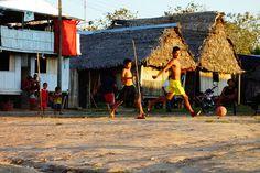 Voyage au Perou- Lagunas: Apres l'ecole, il est temps de jouer au football pour les locaux. J'ai adoré cette petite ville de l'Amazonie. J'ai eu l'impression que le temps s'etait arrete ici! C'est d'ici que vous pouvez visiter des reserves ou aller du cote d'Iquitos. A voir sur mon blog http://www.yoytourdumonde.fr/perou-lagunas-amazonie/