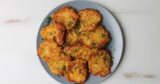 How to make easy veggie fritters Veggie Fritters, Potato Fritters, Vegetable Recipes, Vegetarian Recipes, Cooking Recipes, Quick Weeknight Dinners, Quick Easy Meals, Good Food, Vegetables