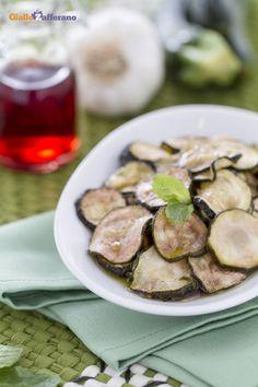 Le #zucchine a scapece (marinated zucchini) sono ottime da servire come antipasto insieme a dei croccanti crostini di pane! #ricetta #GialloZafferano #italianfood #italianrecipe