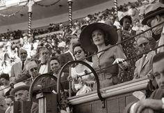 Marlene Dietrich estuvo en España el 10 de julio de 1960 para actuar en la sala de fiestas Pavillion de El Retiro y aprovechó la visita para asistir a una corrida de toros en Las Ventas.Estrellas en la Feria de San Isidro de Madrid