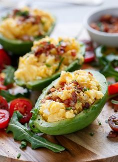 Cheesy Scrambled Eggs in Avocado with Bacon Pieces Vegetarian Recipes, Cooking Recipes, Healthy Recipes, Avocado Cafe, Avocado Boats, Bacon, Lard, Le Diner, Avocado