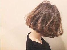 ロングヘアやミディアム、ボブスタイルの髪型はふんわりナチュラル、優しそうな女性に見せてくれるほか、小顔効果も抜群なのです。