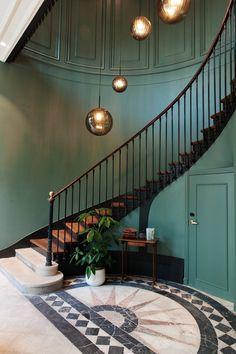 Escalier Peinture bleue Suspension boule Hôtel Restaurant The Hoxton Paris