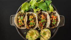 Taco på grill med østerssopp og maissalsa Norwegian Food, Norwegian Recipes, Scandinavian Food, Frisk, Chorizo, Pulled Pork, Guacamole, Grilling, Bacon