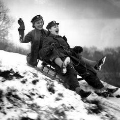 Due ragazze dell'Auxiliary Territorial Service, il ramo volontario femminile dell'esercito britannico, si godono la neve sul loro slittino Londra 1942