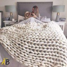La couverture tricotée la plus confortable et la plus épaisse du marché L'époque où l'on cherchait la couverture la plus confortable et la plus douce pour se blottir est révolue. Grâce à notre mélange de microfibres 100% hypoallergénique, vous serez enveloppé dans un nuage de confort, soit au lit, soit sur le canapé en Thick Knitted Blanket, Cable Knit Blankets, Large Blankets, Soft Blankets, Merino Wool Blanket, Home Bedroom, Girls Bedroom, King Size Blanket, Pink And Green