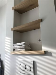 Shelves above toilet in oak made to measure by Maek furniture.maek furniture- Planken boven wc in eikenhout gemaakt op maat door Maek meubels.maekmeubels Custom made oak floorboards in oak by Maek … - Diy Bathroom, Shelves, Shelves Above Toilet, Bathroom Interior, Small Bathroom, Modern Bathroom, Toilet, Bathroom Decor, Shelving