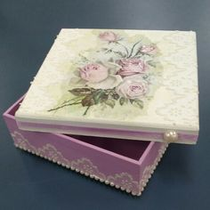 Discover thousands of images about decoupage box ideas ile ilgili görsel sonucu Decoupage Wood, Decoupage Vintage, Altered Cigar Boxes, Diy And Crafts, Paper Crafts, Pretty Box, Jewellery Boxes, Craft Box, Trinket Boxes