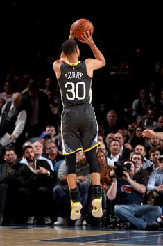 NEW YORK, NY - FEBRUARY 26: Stephen Curry #30 of the Golden State Warriors shoots the ball against the New York Knicks on February 26, 2018 at Madison Square Garden in New York City, New York. (Nathaniel S. Butler/NBAE via Getty Images)