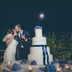 #couple #newlyweds #groom #bride #kiss #happiness #happy #weddingcake #whiteandblue #amalficoast