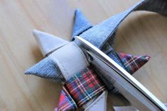 Sewing stars out of fabric Folding stars for Christmas - İdeen Nähen Star Quilts, Xmas Decorations, Fabric Crafts, Stars, Sewing, Simple, How To Make, Christmas Fabric, Christmas Christmas