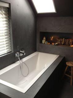 Ook de master bathroom, compleet in betonstuc, is helemaal zwart. ZO GAAF!!
