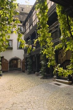 """The Alsatian Museum was established in 1902 in order to assert regional identity in the face of attempts to Germanization. Located in Strasbourg three old houses linked by a maze of stairs and corridors, the museum has more than 5,000 objects, witness the daily life of Alsace in the 18th and 19th centuries."""